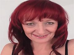 Rothaarige Mutter masturbiert beim Pornocasting