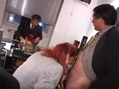 Sekretärinnen blasen Schwänze gern unterm Tisch