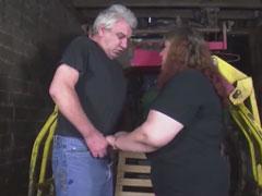 Oma bläst ihrem Mann den Schwanz in der Scheune