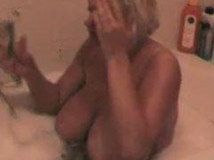 Blonde, fette Frau wäscht und rasiert sich die Fotze