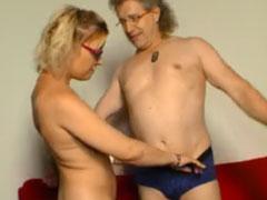 Reife Frau bläst den rasierten Schwanz ihres Mannes