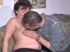 Omas Fotze ist geil auf einen Fick mit ihrem Nachbarn