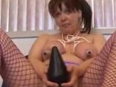 Hausfrau gefesselt und mit dickem Dildo gefickt