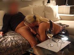 Reife Mutter bläst ihrem Mann den Schwanz