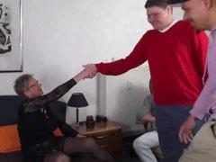 Drei junge, schüchterne Männer ficken eine alte Fotze