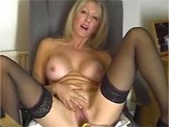 Blonde Hausfrau fickt sich für euch mit einem Dildo