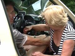 Reife Taxifahrerin fickt gerne mit jungen Männern
