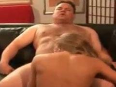 Massiger Kerl fickt seine blonde Hausfrau durch