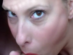Schlampe mit Zungenpiercing im Blowjobporno