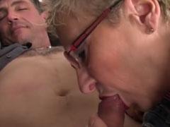 Oma im geilen deutschen Gruppensex Porno