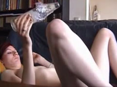 Mädel fickt sich mit einer Flasche durch