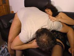 Reife Hausfrau geil auf dem Sofa gefickt