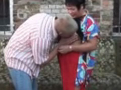 Hausmeister fickt die alte Oma aus dem dritten Stock