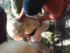 Junge Blondine von geilen Kerlen hart durchgefickt