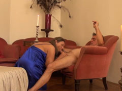 Dicke Oma geil auf der Couch gefickt