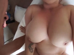 Kleine Schlampe mit mächtig dicken Titten