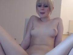 Junge Blondine mit kleinen Titten und grosser Fotze