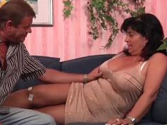 Hausfrau mit geil siffiger und feuchter Fotze