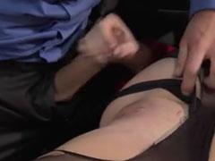 Hübsche frisch rasierte Fotze in ihrem ersten Porno
