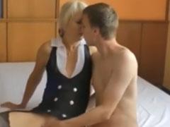 Blonde Oma steht auf dürre junge Kerle