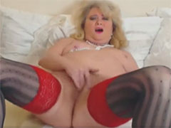 Dicke alte Fotze masturbiert vor der Webcam