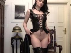Gothik Mädel masturbiert vor der Webcam