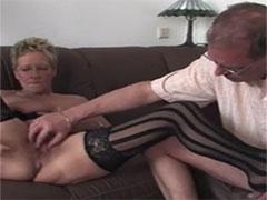 Reife deutsche Hausfrau in ihrem ersten Porno