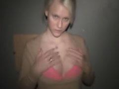 Heisse Blondine mit kleinen Titten
