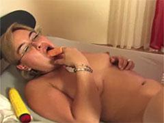 Hausfrau steckt sich Dildo in den Mund beim Ficken