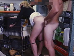 Geile Mutter hart von hinten in der Garage gefickt