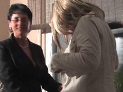 Bisexuelle Hausfrauen mit feuchten Fotzen