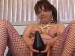 Hausfrau schiebt sich einen Dildo in den Arsch