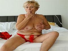 Deutsche Oma zeigt euch ihre Titten
