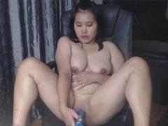 Dicke Deutsch-Asiatin masturbiert und pisst