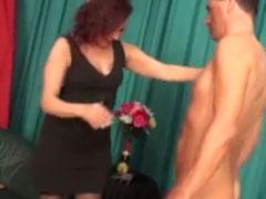 Reife Schlampe von geilem Pornodarsteller rangenommen