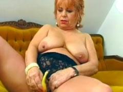 Oma masturbiert mit einer Banane
