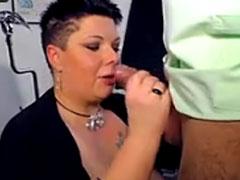 Fette Frau steckt sich gern Schwänze in den Mund