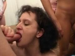 Braves Mädel in einem geilen Gangbangporno