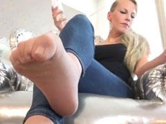 Frau bearbeitet Schwanz mit ihren Füssen