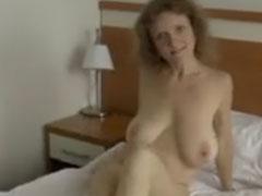 Haarige Mutter zeigt gerne ihre grossen Titten