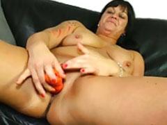 Muttern fickt sich mit einem Dildo durch
