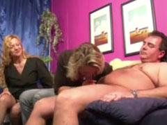 Gruppenfick mit zwei reifen deutschen Blondinen