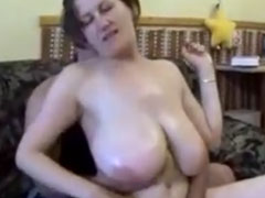 Schlampe mit fetten Titten im Pornocasting