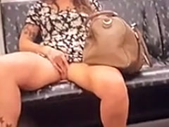 Frau masturbiert in der U-Bahn