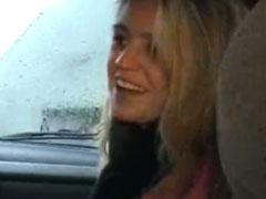 Junge Schlampe im Auto gevögelt