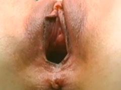 Grosse Muschi mit dicken Dildos bearbeitet