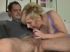 Reife Mutter geniesst den Schwanz des Nachbarn