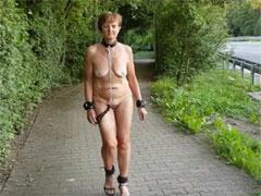 Nackte Sklavin geht an der Strasse entlang