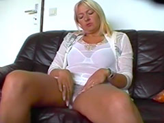 Blonde Hausfrau heimlich beim Masturbieren gefilmt
