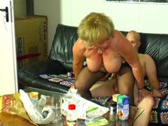 Oma reitet einen Jungschwanz im privat Porno